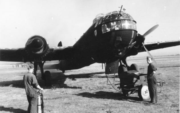 bundesarchiv-bild-101i-674-7767-09-flugzeug-heinkel-he-177.jpg