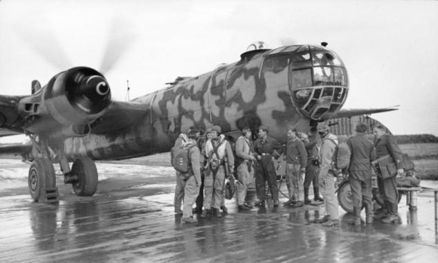 bundesarchiv-bild-101i-676-7969a-25-flugzeug-heinkel-he-177-mit-tarnanstrich.jpg