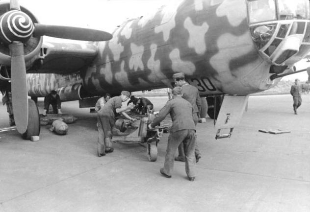 bundesarchiv-bild-101i-676-7970a-23-flugzeug-heinkel-he-177.jpg