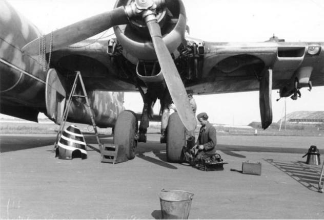 bundesarchiv-bild-101i-676-7971a-23-flugzeug-heinkel-he-177-a.jpg